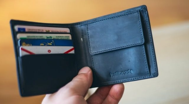 水色の財布を持つと金運が上がる?意味と効果を解説