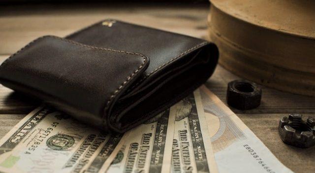 ゴールドの財布を持つと金運が上がる?意味と効果を解説